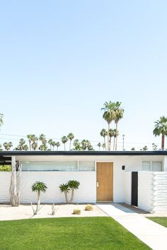 What's Your Favorite A Color Story Filter? - A Beautiful Mess Palm Springs Houses, Palm Springs Style, Exterior Paint, Exterior Design, Palm Springs Mid Century Modern, Front Garden Landscape, Landscape Design, Mid Century Exterior, Ideas