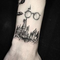 Harry Potter at Hogwarts Tattoo Literary Tattoos Harry Potter bei Hogwarts Tattoo Hand Tattoos, Forearm Tattoos, New Tattoos, Body Art Tattoos, Tatoos, Temporary Tattoos, Arrow Tattoos, Flower Tattoos, Hogwarts Tattoo