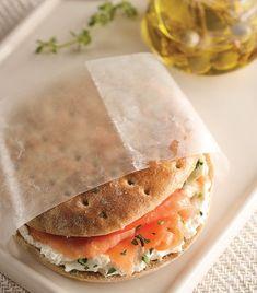 """Prepara un """"Sándwich ligero de salmón ahumado con mayonesa de alcaparras"""""""