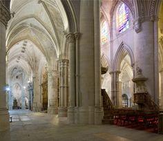 Catedral de Cuenca, 1196, detalle de las naves transversales. En ella se utilizan bóvedas sexpartitas propias del gótico primitivo del norte de Francia. La primera fase de, gotico español deriva de edificios como Chartres, Reims y Amiens, y como en Francia es el momento de la construcción de las grandes catedrales.