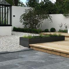 Nästan färdigt resultat hos en kund, här har jag varit med f Garden Landscape Design, Small Garden Design, Patio Design, Courtyard Landscaping, Screen Plants, Contemporary Patio, Black Garden, Mediterranean Garden, Terrace Garden