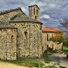 Eglise Sainte-Cécile de Montserrat (Espagne, Catalogne), fin du Xe siècle : vue du chevet. Petit appereillage de pierre et décor de bandes et d'arcatures lombardes.