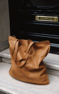 The perfect everyday tote. This looks like it has just the right amount of slouch.