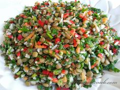 Malzemeler: - 1 su bardağı yeşil mercimek - Yarım su bardağı jasmin pirinç - Yarım demet maydanoz - Yarım demet dereot...