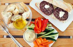 Gewoon wat een studentje 's avonds eet: Zomers: Burgers met aioli, rauwe groentes met humus en stokbrood met olijfolie