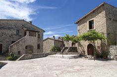 Una lunga storia umana e naturale, intimamente connessa in un delicato equilibrio, ha modellato il territorio del castello di Vallo di Nera, fondato nel 1217, sui resti di un'antica rocca a dominio di uno slargo della valle del Nera.