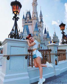 La imagen puede contener: 1 persona, cielo y exterior Disney World Outfits, Disney World Fotos, Disneyland Photography, Disneyland Photos, Disneyland Outfits, Hongkong Disneyland Outfit, Cute Disney Pictures, Disney World Pictures, Disney Magic Kingdom