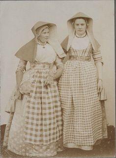 Assendelft. Mevrouw Wildschut-Dekker en rechts mevrouw Anna van Rijn in Zaanse klederdracht. 1897 Zaans Archief #NoordHolland #Zaanstreek