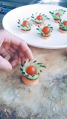 Amazing Food Decoration, Decoration Buffet, Amazing Food Art, Easy Food Art, Creative Food Art, Diy Food, Fruit Platter Designs, Food Plating Techniques, Fruit Creations