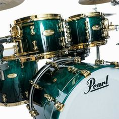 Pearl Drums,not a color combo I would have picked. But now that I see it, pretty damn nice!