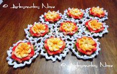 Caminho de mesa com flores caramujo. Pode ser feito em outras cores.