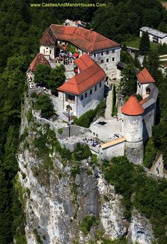 Zamek w miejscowości Bled, powyżej miasta Bled, Słowenia - www.castlesandmanorhouses.com