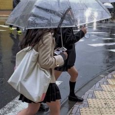 """𝔪𝔞𝔤𝔡𝔞𝔩𝔢𝔫𝔢 on Twitter: """"rainy days in the city… """" Private School Girl, A New York Minute, City Vibe, Nyc Life, Old Money, City Aesthetic, Teenage Dream, How To Pose, Mode Outfits"""
