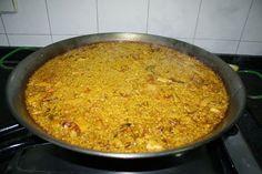 """El Arroz a Banda: Se llama """"arroz a banda"""" (arroz aparte) porque se sirve en dos platos distintos. El priemro sería de los pescados, papas, cebolla y verduras utilizadas para preparar el caldo y el segundo se sirve el arroz sólo"""