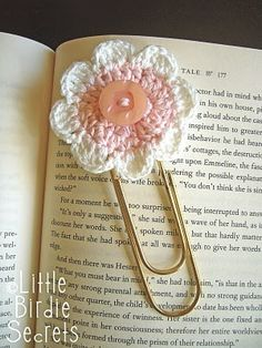 crocheted flower bookmark crafts. A Super fun project even the kids can help make. a great gift to your summer readers!!