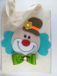Mini sacola ecologia fabricada em tecido 20x25, temos todos os temas. Desejando outro tema, cor ou tamanho, enviaremos o orçamento. - 6F904E Clown Crafts, Carnival Crafts, Felt Crafts, Diy And Crafts, Crafts For Kids, Clown Party, Circus Party, Hessian Bags, Decorated Gift Bags
