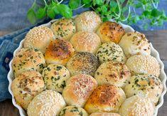 Kjempegodt brød med smak av ost og urter - Franciskas Vakre Verden Hamburger, Muffin, Bread, Cooking, Breakfast, Food, Kitchen, Morning Coffee, Brot