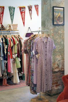 Wanderlust shop interior, love the pennants Vintage Thrift Stores, Vintage Clothing Stores, Vintage Shops, Vintage Ladies, Vintage Boutique, A Boutique, Bazar Vintage, Tienda Pop-up, Clothing Store Design