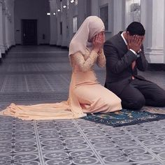 Would you not want to start the day with your spouse like this? While praying Fajr? Its best to marry early than wasting time and doing what you are not meant to. May Allah guide you to your righteous Spouse Ameeeeeen . Cute Muslim Couples, Muslim Girls, Cute Couples, Muslim Brides, Muslim Couple Photography, Wedding Photography Poses, Interracial Wedding, Interracial Couples, Couple Musulman