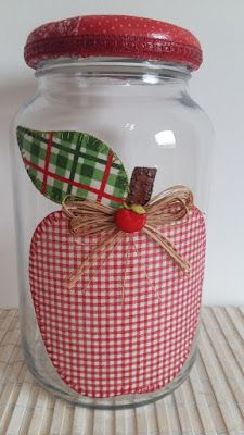 de vidro com decoupage de tecido e, tampa forrada com tecido. O modelo do vidro é de palmito com a tampa de boca larga que mede 10 cm (a tampa é de metal). Tin Can Crafts, Jar Crafts, Bottle Crafts, Felt Crafts, Diy And Crafts, Kids Crafts, Arts And Crafts, Mason Jar Gifts, Mason Jars