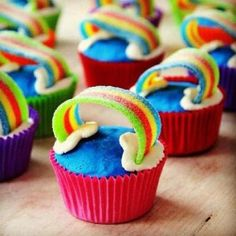 Bday cup cakes.. RAINBOWS!! Cool :)