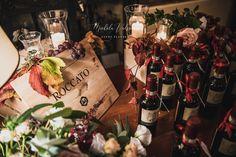 """Uno dei nostri matrimoni a tema """"Vino"""": abbiamo raccolto la migliori immagini per mostrarvi la bellezza di questo colore, il Rosso Bordeaux, detto anche Burgundy, uno dei nostri colori preferiti per le nozze! Il tono gioiello ispirato al vino, spicca tra gli altri più tenui ed è veramente di grande effetto. Questa tonalità forte è un'aggiunta perfetta a qualsiasi tavolozza di colori autunnali o invernali, ma può anche essere facilmente tradotta in una relazione estiva o primaverile. Burgundy Wedding, Wedding Planner, Wine, Table Decorations, Bottle, Bordeaux, Grande, Home Decor, Wedding"""