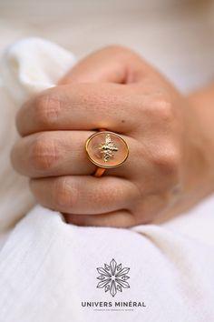 Vous allez adorer porter cette bague en quartz rose au quotidien car elle vous aidera à soutenir vos affirmations positives. Cette belle pierre favorise la guérison intérieure et l'amour de soi. Affirmations Positives, Quartz Rose, Class Ring, Rings, Bee, Stone, Love, Ring, Jewelry Rings