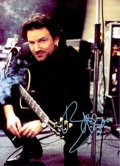 Bono (U2) #u2NewsActualite #u2NewsActualitePinterest #bono #u2 #music #rock #PaulHewson #autograph www.pinterest.com/marisaturday/