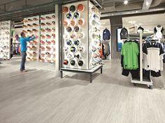 Sportief voorop in deze sportwinkel door BoFloor projektinrichting voorzien van een moderne pvc designvloer