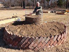 jardinera redonda con borde de ladrillos inclinados