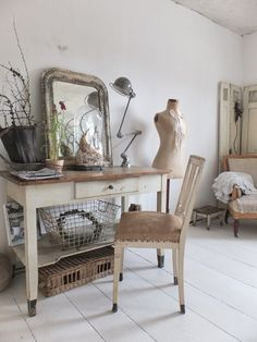 wohnzimmer im shabbychic einrichten, alte weisse Möbel, antike Möbel aus Frankreich, nordic shabby, Dielen weiss streichen,