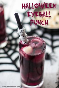 This Halloween Eyeball Punch will spook whoever takes a sip of this cocktail and finds an eyeball floating in their drink. Halloween Desserts, Halloween Coctails, Halloween Themed Food, Halloween Punch, Halloween Eyeballs, Halloween Party Decor, Easy Halloween, Halloween Treats, Halloween Dinner