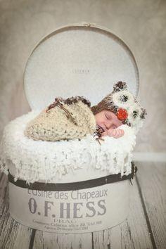 Kulatá klobouková krabice designovaná módní návrhářkou Yvonou Leitnerovou. Round hat case designed by Yvona Leitner. K dostání/buy: http://kazeto.cz/eshop/detail-produktu/224#produkty