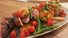 Un plat contenant du boeuf, des crevettes, des tomates et des haricots verts
