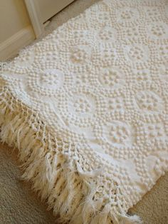 Lovely, vintage chenille bedspread ~ the linen closet Crochet Bedspread, Chenille Bedspread, White Bedspreads, White Popcorn, Cabin Crafts, Vintage Twins, Vintage Cabin, Amazing Decor, Linens And Lace