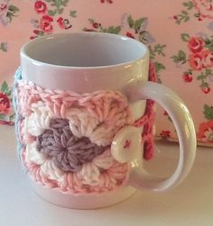Crochet christmas patterns mug cozy 59 ideas Crochet Coffee Cozy, Crochet Cozy, Crochet Gifts, Cute Crochet, Crochet Squares, Crochet Granny, Mug Warmer, Christmas Crochet Patterns, Crochet Christmas