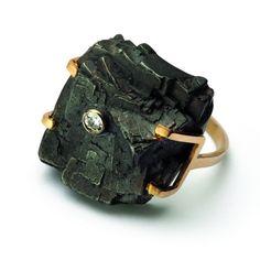 """Kama Rohn - """"Węgiel i czas"""", pierścionek, złoto, srebro, brylant"""