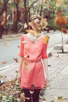 Брожу одна по октябрю, несмело листья приминаю;  Я вру себе, что не люблю, я вру себе, что забываю...ܓܨ