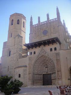 La Santa Iglesia Catedral de la Transfiguración del Señor de Huesca, también conocida como Catedral de Santa María de Huesca, construida en estilo gótico, fue iniciada a finales del siglo XIII y concluida a principios del siglo XVI. El proyecto de edificación de la catedral de Huesca se inició en tiempos de Jaime I de Aragón (1213-1276); algo tardío, si se compara con otras iglesias de la zona, que datan del románico.