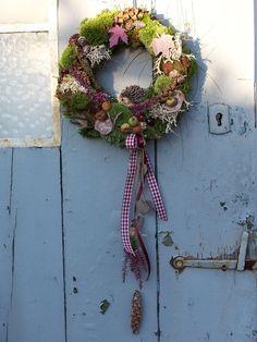 ..kleine Igelaugen schauen Dich an...  liebevoll gefertigter Kranz zum Aufhängen...für Drinnen oder Draußen!!  ..Moos,Zapfen,Heide,Schleifenband,Holzblätter,Holzherzchen,echte Äpfelchen und... Crowns, Christmas Wreaths, Etsy, Holiday Decor, Floral, Nature, Design, Home Decor, Indoor