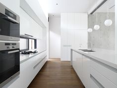 Kitchen Design Ideas - White, Modern and Minimalist Cabinets // The hardware-free white cabinets of this kitchen are softened up by warm wood flooring. Minimalist Kitchen, Minimalist Cabinets, Kitchen Photos, Cuisines Design, Kitchen Interior, Kitchen Decor, Home Kitchens, Modern Kitchens, Kitchen Remodel