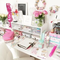 WEBSTA @ plannersandflowers - Really busy day for me. Hope you have a lovely Thursday Dia cheio hj, espero que vcs tenham uma otima quinta-feira #picoftheday #desksetup #deskdecor #myprimaplanner #craftroom