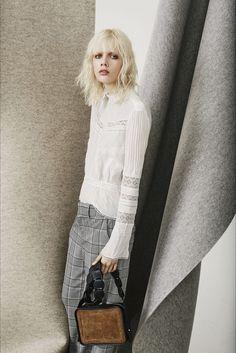 Guarda la sfilata di moda Derek Lam 10 Crosby a New York e scopri la collezione…