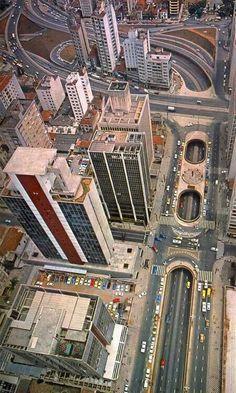 1983 - Vista aérea da avenida Paulista, cruzamento com rua Augusta, no alto a rua da Consolação e avenidas Rebouças e Dr. Arnaldo.