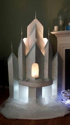 Frozen inspired cardboard castle. Frozen Castle Cake, Elsa Castle, Princess Castle, Cardboard Box Crafts, Cardboard Castle, Cardboard Toys, Frozen Birthday Party, Frozen Party, Ancient History
