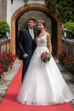 Hochzeitspaar im klassisch-eleganten Stil Wedding Dresses, Fashion, Elegant Wedding, Elegant Styles, Classic, Bags, Bride Dresses, Moda, Bridal Gowns