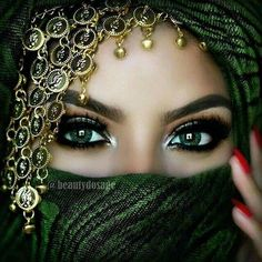 Arabic women make another layer on top of another. Thick eyeliner is also used over the eyes. Arabian Eyes, Arabian Makeup, Lovely Eyes, Pretty Eyes, Beauty Makeup, Eye Makeup, Fall Makeup, Arabian Women, Eyeshadow Base