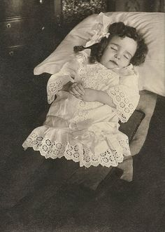 This site exists to discredit the idea of the Victorian standing post mortem photo. Post mortem photos do exist, but none of them are stand alone. Memento Mori, Johnny Depp, Vintage Photographs, Vintage Photos, Post Mortem Pictures, Post Mortem Photography, 1800s Photography, Victorian Photography, After Life