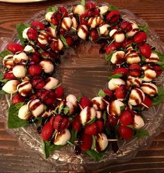 Awesome festive Caprese Wreath great for or any occasion! This is supe. dinner appetizers Awesome festive Caprese Wreath great for or any occasion! This is supe. Christmas Eve Dinner, Christmas Party Food, Xmas Food, Christmas Cooking, Christmas Apps, Christmas Eve Appetizers, Christmas Menu Ideas, Christmas Entertaining, Christmas Dinner Starters