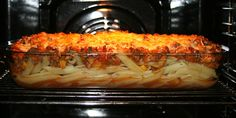 Her er pastaretten i ovnen, så ost kan smelte og blive gylden.